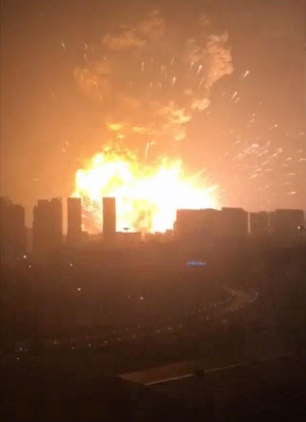Vídeo publicado na rede social Weibo mostra a explosão em Tianjin (Foto: Reprodução/Weibo/郑远)