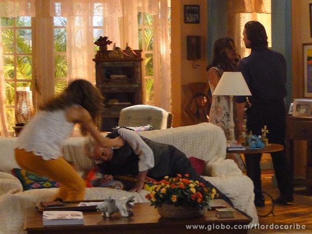 Alberto empurra Samuel para pegar filhos a força (Foto: Flor do Caribe / TV Globo)