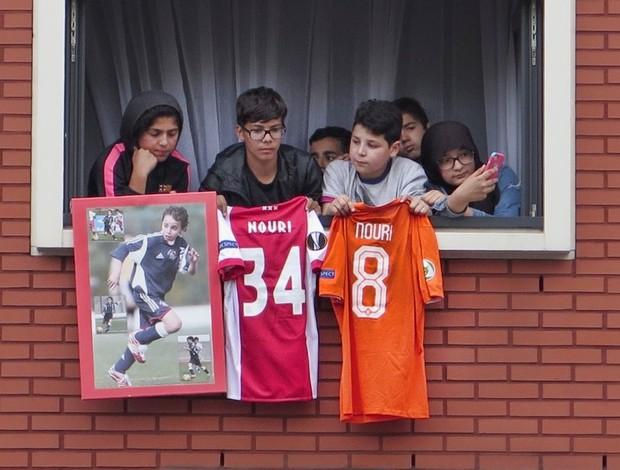 torcedores do ajax mostram apoio a Nouri