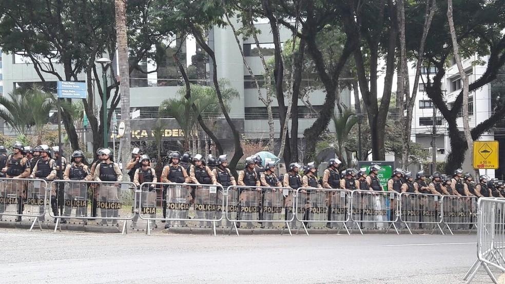 PM faz barreira em frente ao prédio da Justiça Federal, em Curitiba (Foto: Filipe Rosa/ RPC)