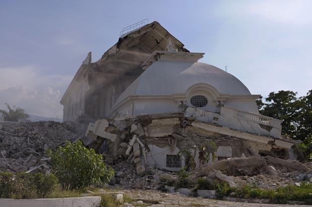 Rupinas do Palácio Presidencial do haiti durante implosão (Foto: Swoan Parker/Reuters)