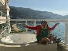 Chiquinha veste figurino e visita praia de Acapulco 40 anos depois