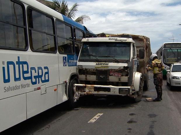 Acidente no bairro da Boca do Rio, em Salvador. (Foto: Imagens/Tv Bahia)