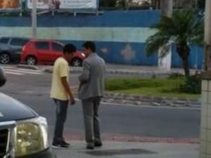 Policial conversa com advogado ao chegar na delegacia (Foto: Reprodução/ TV Gazeta)