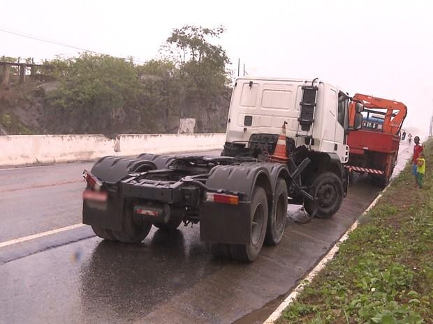 Carreta de combustível tombou nesta quarta-feira (5), na entrada de Campina Grande. (Foto: Reprodução / TV Paraíba)