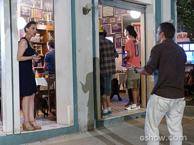 Fábio inventa uma desculpa para terminar o encontro e deixa Raissa sem entender nada  (Foto: Malhação / TV Globo)