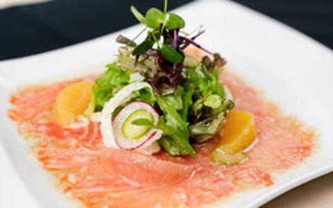 Salada de carpaccio de salmão