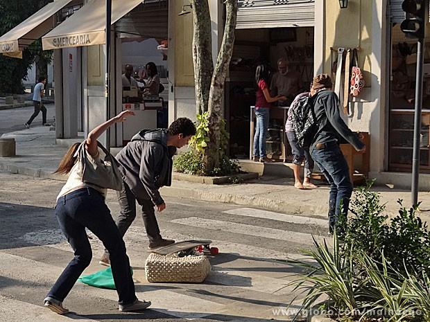 Em ação, Sidney derruba bolsa de uma senhora (Foto: Malhação / TV Globo)