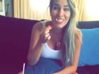 Desejo?Grávida, Adriana Sant'Anna faz vídeo cercada por sanduíches