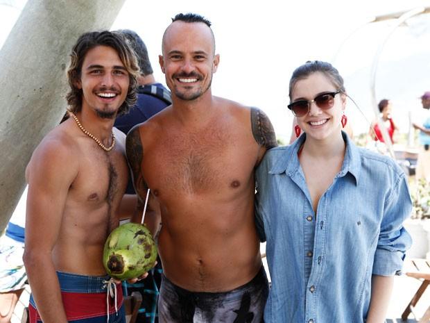 Paulinho Vilhena com os colegas Brenno Leone e Alice Wegmann em externa na Praia da Macumba (Foto: Fábio Rocha/Gshow)