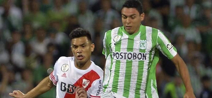 Daniel Bocanegra e Teofilo Gutierrez Nacional x River Plate (Foto: AFP)