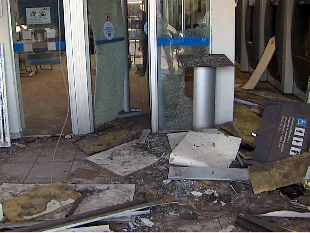 Ladrões explodiram caixas eletrônicos em duas agências de Brodowski (Foto: Reprodução EPTV)
