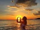 Ludmila Dayer usa maiô decotado e exibe curvas em foto ao pôr do sol