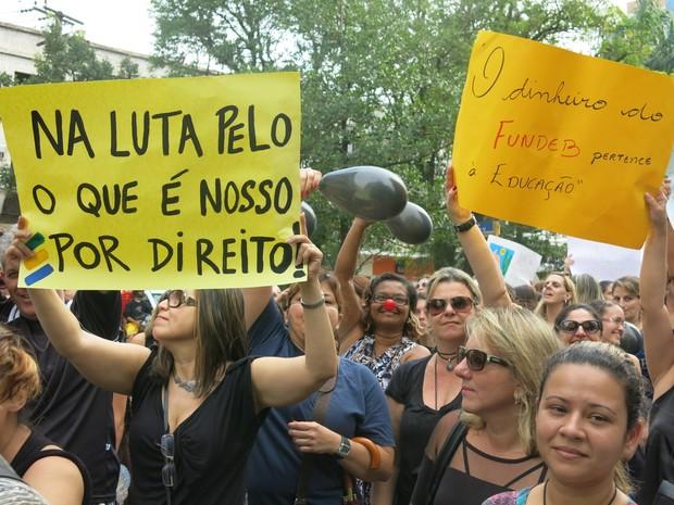 Professores estenderam cartazes durante a passeata (Foto: João Paulo de Castro / G1)