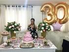 Ex-BBB Amanda Djehdian festeja  seus 30 anos com bolo de princesa
