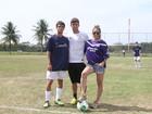 Danielle Winits confere partida de futebol do namorado no Rio