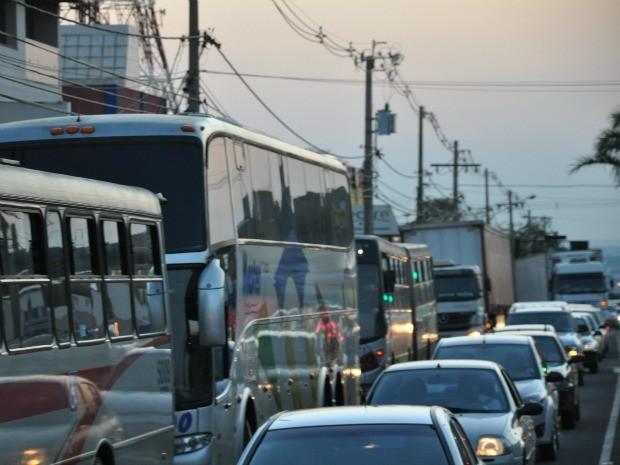 Ônibus não passavam e tiveram que estacaionar (Foto: Leandro Abreu/G1 MS)