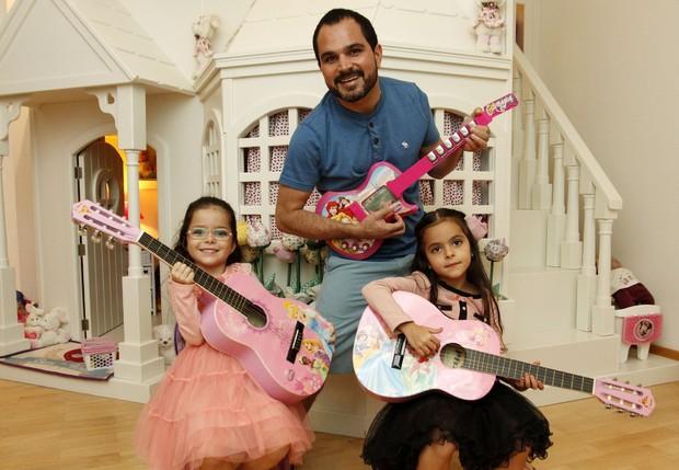 Luciano com as filhas Isabella e Helena (Foto: Celso Tavares/EGO)