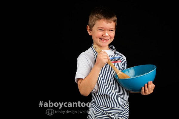 """""""Com um sorriso capaz de derreter os pingos de chocolate nos cookies que ele prepara, esse menino é um grande confeiteiro. Ele adora fazer doces para si mesmo e para sua família"""" (Foto: Kirsten McGoey/Trinity Design)"""