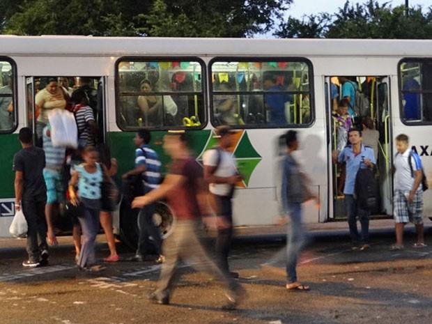 Alguns passageiros conseguiram embarcar pela porta traseira dos coletivos (Foto: Luna Markman / G1)