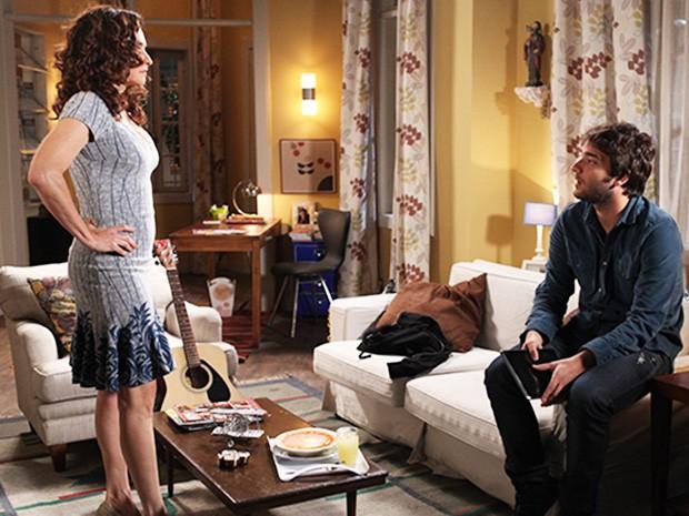 Davi avisa para Rita que Fred pode ter roubado o dinheiro do show do Trinca de Espadas (Foto: Pedro Curi/ TV Globo)