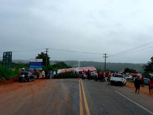 Manifestantes bloqueiam trecho da BR-406 nas proximidades da comunidade de Serrinha, em Ceará-Mirim (RN) (Foto: Jorge Talmon/G1)