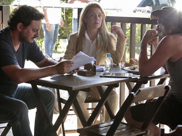 Adriana e José de Abreu conversam com o diretor Gustavo Fernandez (Foto: Avenida Brasil / TV Globo)