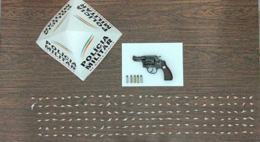 Arma e as pedras de crack foram levadas para a delegacia (Foto: Polícia Militar/Divulgação)