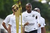 Robinho corre no campo com titulares do Santos e indica recuperação