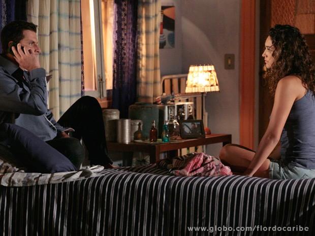 Cristal liga para Cassiano no momento em que sua irmã pede para ele cortar relações com a caribenha (Foto: Flor do Caribe / TV Globo)