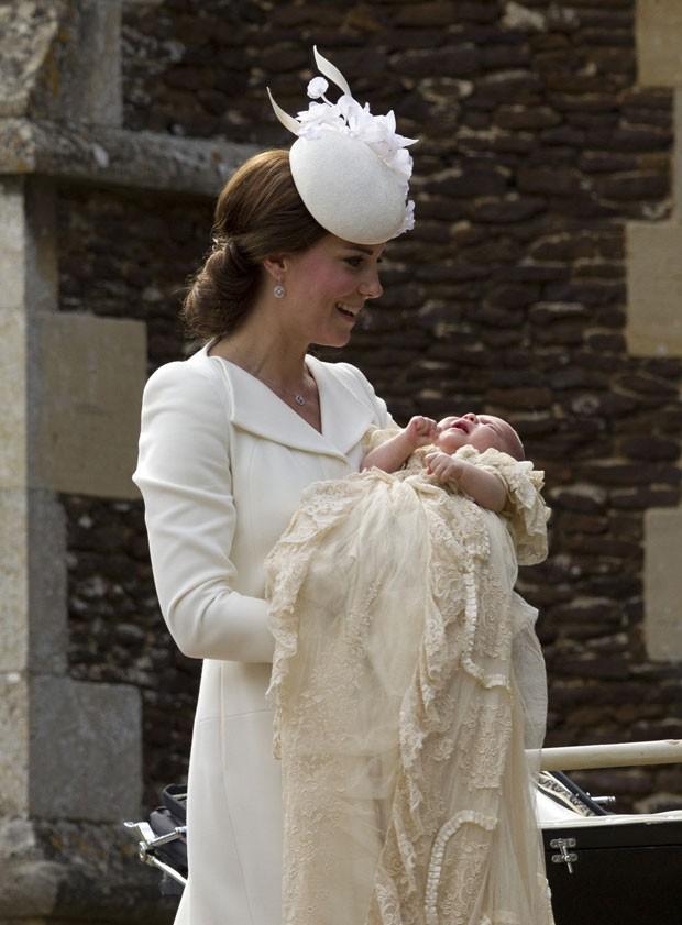 A a duquesa de Cambridge, Kate Middleton, carrega a princesa Charlotte para batizado (Foto: Matt Dunham/AP)