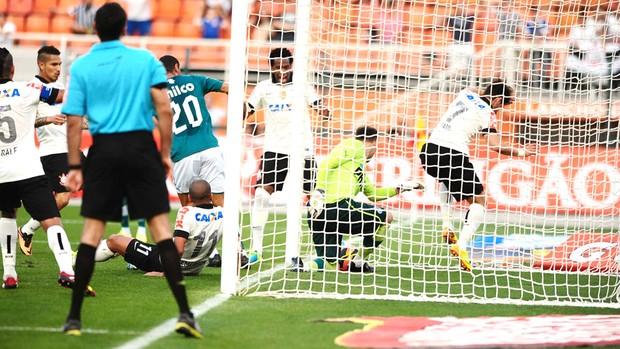 Alexandre Pato Corinthians e Goias  (Foto: Marcos Ribolli)