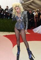 Lady Gaga ousa no look e exibe sapatos altíssimos no baile do MET