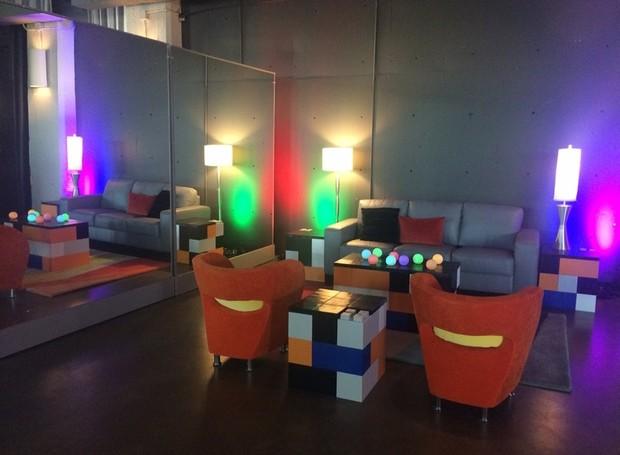 Sala de estar com mesas laterais e de centro totalmente feitas com blocos de montar (Foto: Divulgação)