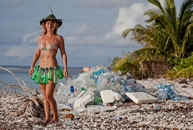 Alison dirige uma organização que transforma plástico em biquínis, óculos e outras peças (Foto: Caters News/The Grosby Group)