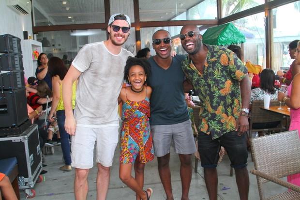 Rafael Zulu com o jogador de volei Bruninho, o cantor Thiaguinho e a filha, Luisa (Foto: Anderson Borde / Agnews)