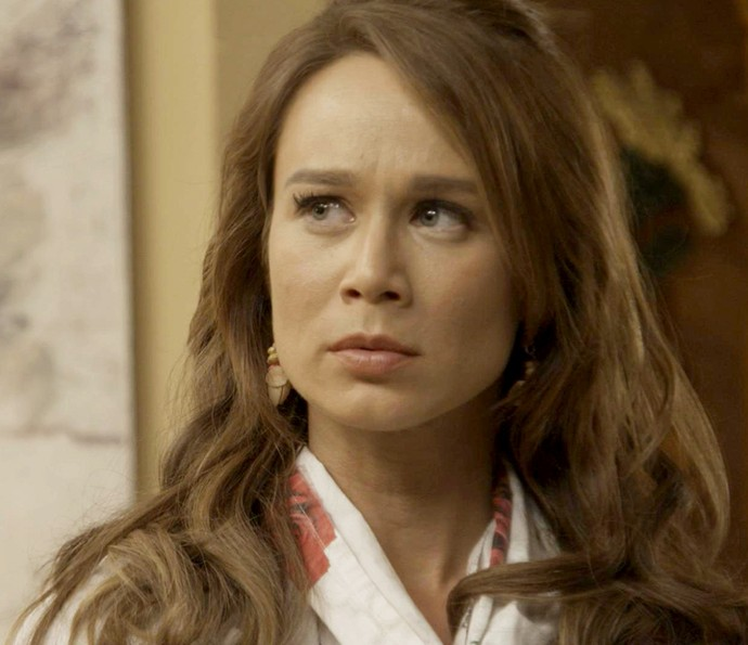 A ex-feirante fica assustada com a conversa do noivo (Foto: TV Globo)
