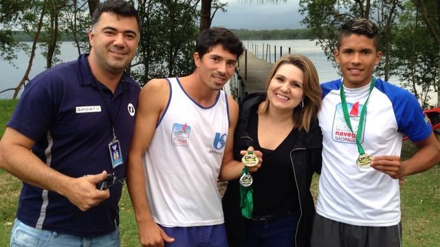 Vanessa Faro e os atletas da canoagem de São Vicente (Foto: Arquivo Pessoal/ Vanessa Faro)