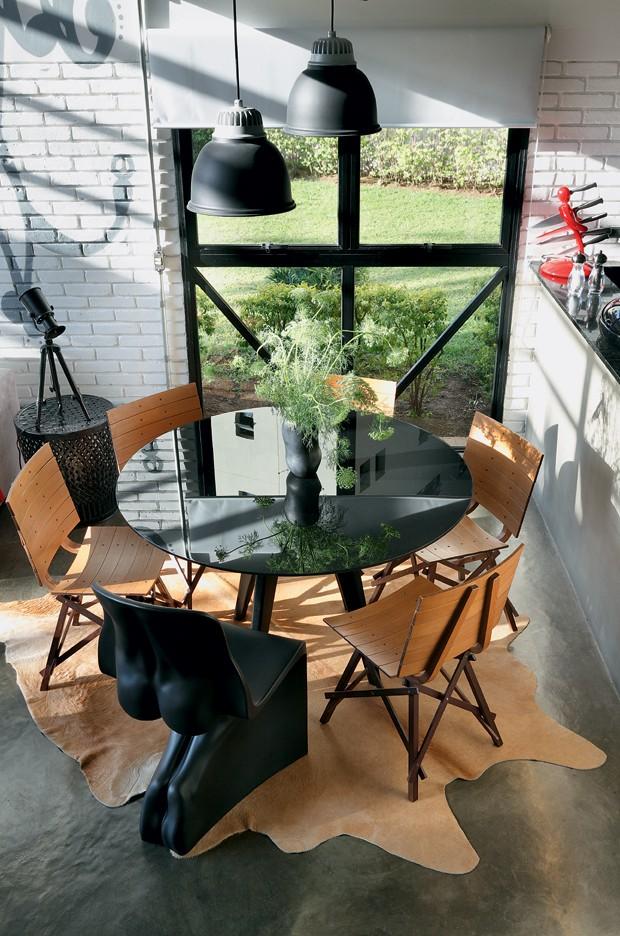 A mesa, da Etna, com cadeiras de Carlos Motta, fica junto à janela com vista para o jardim do prédio. Cadeira Him e vaso de resina, da Benedixt. Pendentes da Lustres Yamamura. Mesa lateral da Ishela. (Foto: Evelyn Müller / Editora Globo)