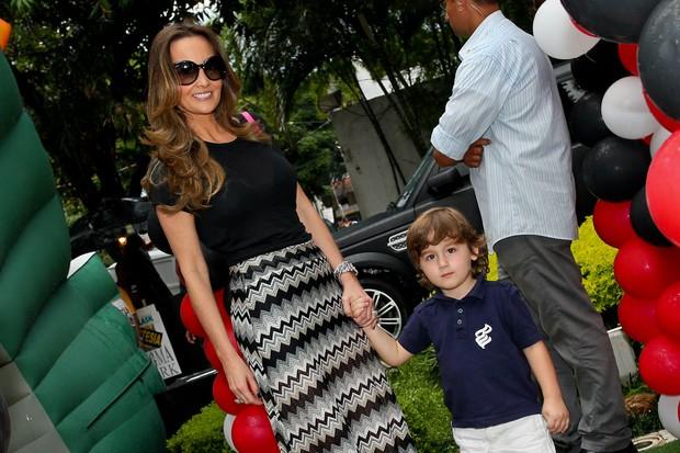 Melissa Wilman com o filho Pietro (Foto: Manuela Scarpa/Foto Rio News)