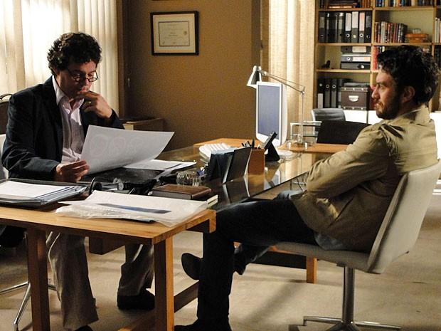 Gabriel analisa os exames de Solange sem saber que são falsos (Foto: Amor Eterno Amor/TV Globo)