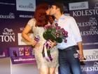 Ivete Sangalo muda o visual e recebe o carinho do marido em evento de beleza