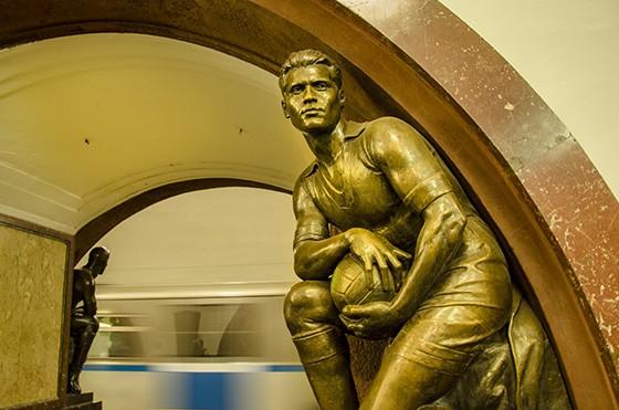 """Na estação de metrô """"Praça da Revolução"""" uma escultura em bronze de Matvey Manizer revela um goleiro de futebol (Foto: © Haroldo Castro/ÉPOCA)"""