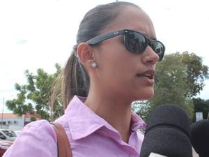 Assistente social veio reconhecer o corpo do adolescente no IML  (Foto: Catarina Costa/G1)