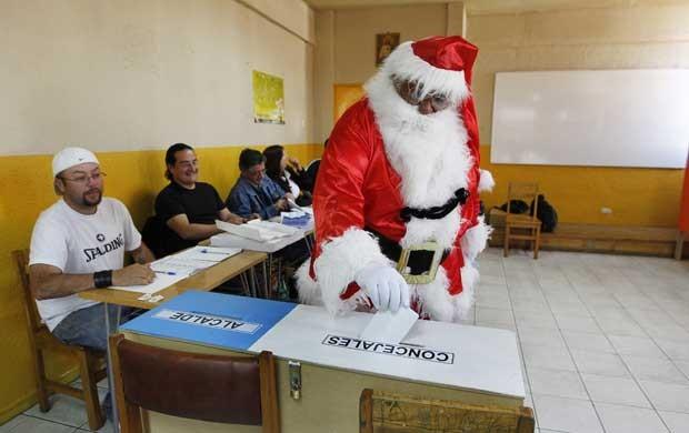Rigoberto Martinez, 63, vota durante eleições municipais no Chile neste domingo (28) em Valparaiso. Ele diz que se veste de Papai Noel em todas as eleições desde 1990, ano em que o país retomou a democracia, após 17 anos de ditadura (Foto: Reuters)
