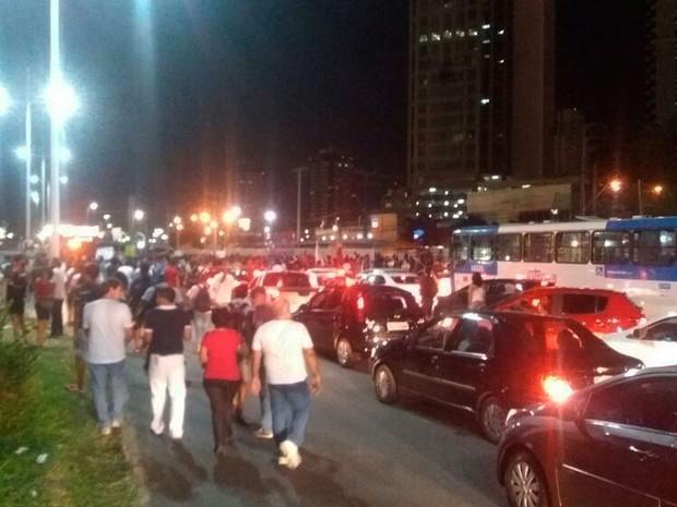 Manifestantes ocuparam via e trânsito está congestionado na Avenida ACM, em Salvador (Foto: Alex de Paula/G1 BA)