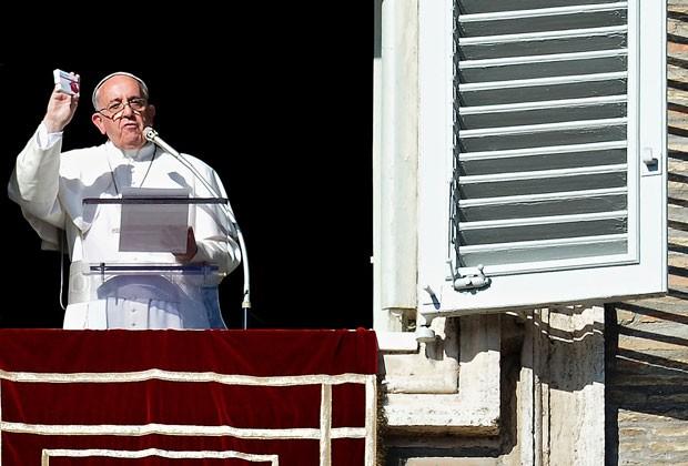 Papa Francisco mostra caixa contendo um rosário para fiéis durante o Ângelus deste domingo (17) (Foto: Alberto Pizzoli/AFP)