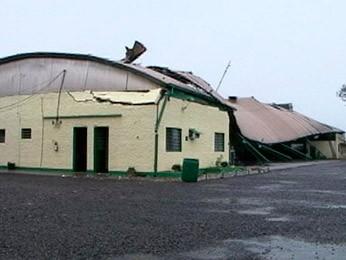 Teto de ginásio foi arrancado pelo vento em Santa Rosa (Foto: Reprodução/RBS TV)