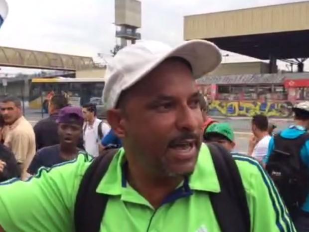 Vendedor ambulante Ricardo Henrique Soares comemorava o movimento dobrado em frente à estação Guaianases na manhã dessa sexta-feira após fechamento por causa de suspeita de bomba (Foto: Tatiana Santiago/G1)