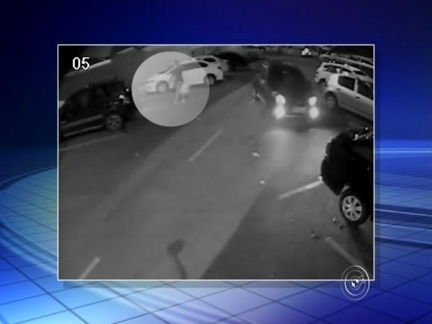 Mulher é abordada ao colocar compras no carro (Foto: Reprodução/TV TEM)